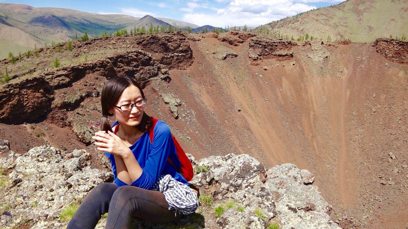 Assis au Khorgo Mongolie volcan