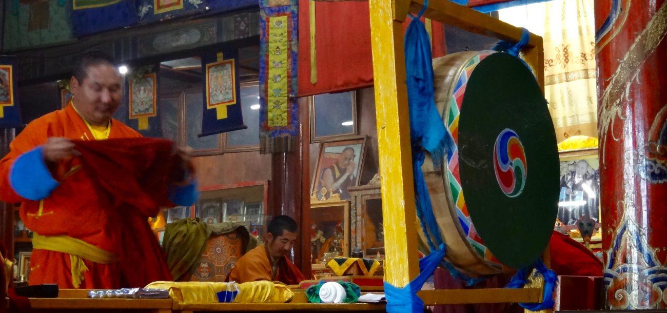 Moine bouddhiste en prière au temple Erdene zuu à Harhorin Mongolie