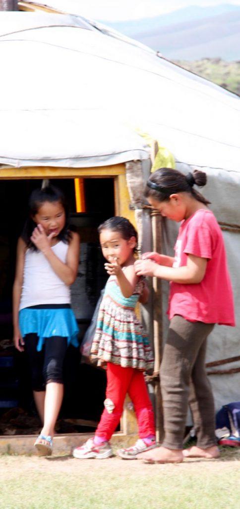 Jeunes filles mongoles devant la yourte