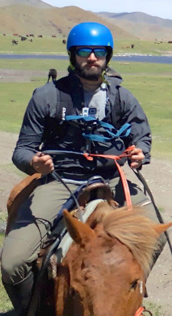 Portez votre casque en Mongolie à cheval